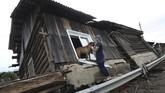 Menurut Gubernur Siberia, Sergei Levchenko, banjir terjadi sejak 25 Juni dan menerjang sekitar 100 rumah. (REUTERS/Alexey Golovshchikov)