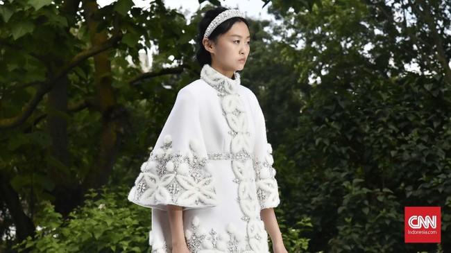 Koleksi diawali oleh deretan gaun berkelir putih. Mulai dari mini dress bermodel kimono dengan bahan kasmir dan berhias bulu cerpelai hingga setelan berbahan sutera. (CNNIndonesia/Fandi Stuerz)