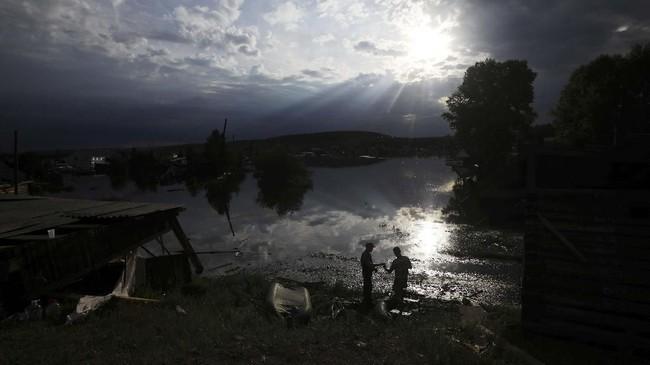 Banjir bandang menerjang kawasan Irkutsk, Siberia, Rusia. Sebanyak 18 orang dilaporkan meninggal dan 13 orang hilang dalam kejadian itu. (REUTERS/Alexey Golovshchikov)