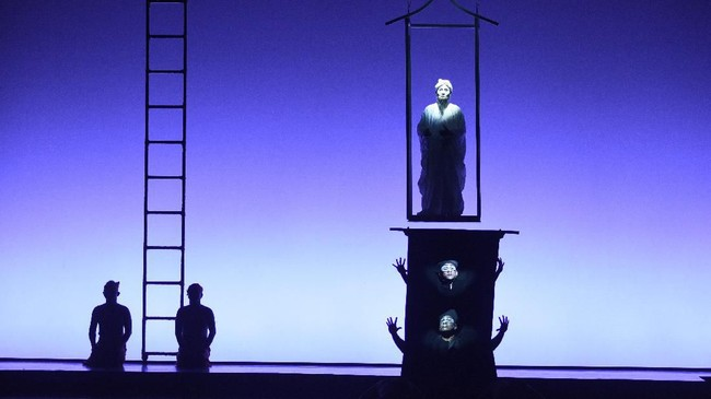 Dengan cerita yang diadaptasi oleh Rhoda Grauer, Wilson mengemas pertunjukan ini dengan koreografi indah dan latar panggung yang cukup mewah. Padahal hanya menggunakan permainan cahaya lampu. (Dok: Bakti Budaya Djarum Foundation)