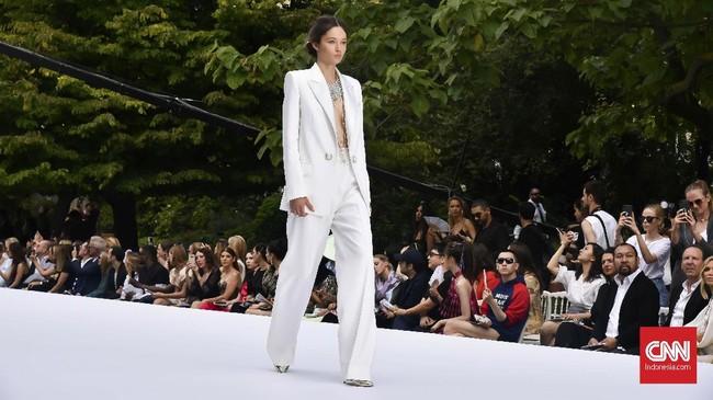 Tamara Ralph dan Michael Russo mempresentasikan koleksi Musim Dingin 2019/2020 pada gelaran Paris Couture Week. (CNNIndonesia/Fandi Stuerz)