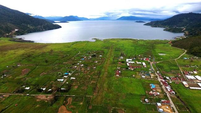 Infrastruktur yang terbatas membuat harga Bahan Bakar Minyak (BBM) di wilayah tersebut berkali lipat dari harga di Pulau Jawa (ANTARA FOTO/Akbar Nugroho Gumay)