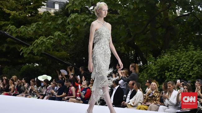 Ralph & Russo menyajikan koleksi dengan spektrum couture yang luas. Mulai dari siluet jam pasir ala seniman art-deco, Erte, hingga setelan bergaya smoking khas Yves Saint Laurent. (CNNIndonesia/Fandi Stuerz)