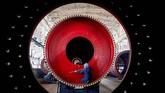 Seorang pegawai mengukur mesin giling yang baru saja diproduksi di suatu pabrik di Nantong, Provinsi Jiangsu, China. (REUTERS/Stringer)
