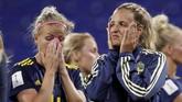 Para pemain Swedia tidak bisa menyembunyikan kesedihan mereka lantaran gagal lolos ke partai puncak Piala Dunia Wanita 2019. (REUTERS/Benoit Tessier)