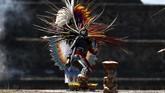 Seorang seniman tampil dan menyalakan api pada perayaan pembuka di Pan American Games Lima 2019 di Teotihuacan, Meksiko. (REUTERS/Gustavo Graf)