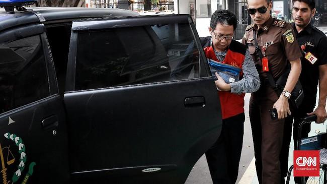 Mantan Ketua Umum PSSI Joko Driyono atau Jokdri tiba di Pengadilan Negeri Jakarta Selatan, Kamis (4/7), guna menjalani sidang tuntutan atas kasus penghilangan barang bukti dan perusakan tempat kejadian perkara terkait skandal pengaturan skor sepak bola Indonesia.(CNN Indonesia/Andry Novelino)