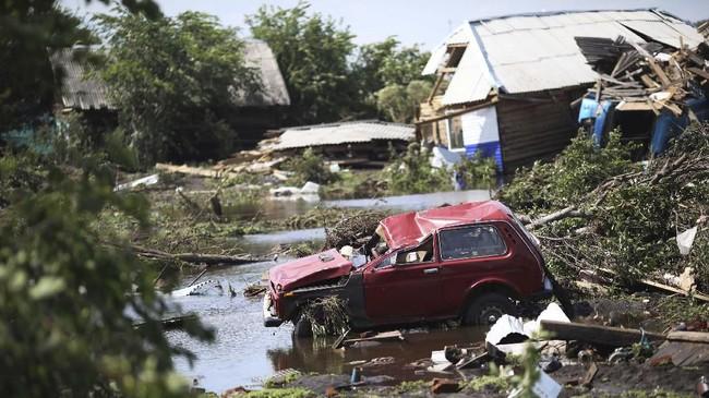 Menurut laporan, banjir bandang terjadi karena curah hujan tinggi dan membuat sungai setempat meluap. (REUTERS/Alexey Golovshchikov)