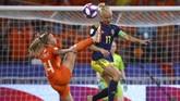 Belanda dan Swedia bertukar serangan sepanjang laga berlangsung. (REUTERS/Denis Balibouse)