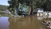 Banjir bandang yang juga mengandung sejumlah material menyeret sejumlah rumah penduduk setempat. (REUTERS/Alexey Golovshchikov)
