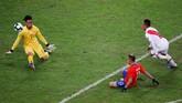 Salah satu peluang yang digagalkan Pedro Gallese adalah saat ia membendung tendangan Eduardo Vargas dari jarak dekat. (REUTERS/Luisa Gonzalez)