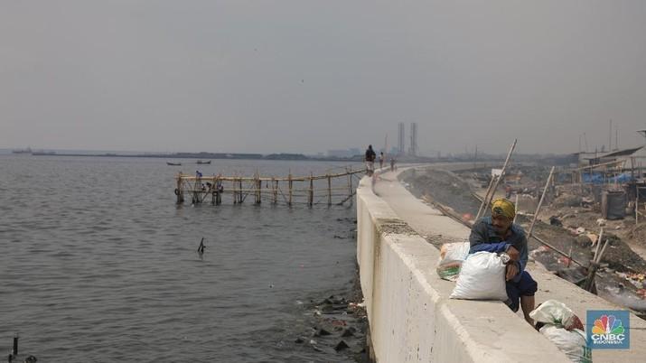 Sejumlah pegawai dari Badan Pertahanan Nasional (BPN) melakukan pengukuran di titik nol (awal)  proyek tanggul laut raksasa lanjutan National Capital Integrated Coastal Development (NCICD) tahap dua di kawasan Cilincing, Jakarta Utara,  Kamis (4/7). (CNBC Indonesia/Andrean Kristianto)
