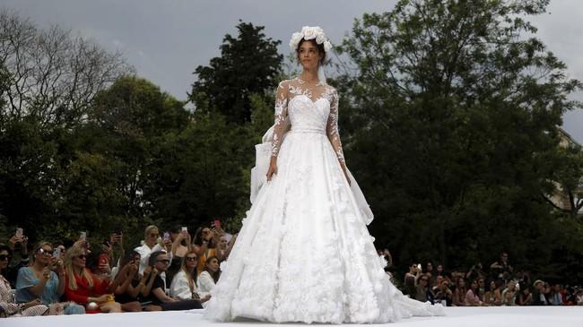 Seiring waktu berjalan, koleksi pun tiba pada gaun-gaun yang semakin kompleks dan rumit. (REUTERS/Charles Platiau)