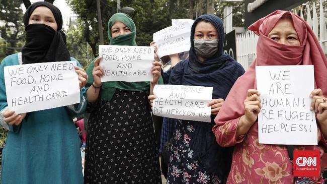 Sebelumnya, para pencari suaka ini mengaku pindah dari Kalideres ke Kebon Sirih karena merasa tidak mendapat kepastian dari UNHCR. Mereka akhirnya menanti kabar dengan mendatangi Menara Ravindo yang disebut sebagai lokasi kantor UNHCR. (CNNIndonesia/Safir Makki)