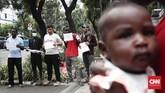 Warga negara Afghanistan dan Somalia pencari suaka ke Indonesia berniat tetap tinggal di trotoar Kebon Sirih, Jakarta Pusat sampai mereka benar-benar mendapatkan kepastian berlindung dari Komisioner Tinggi PBB untuk Pengungsi atau United Nations High Commissioner for Refugees (UNHCR). (CNNIndonesia/Safir Makki)