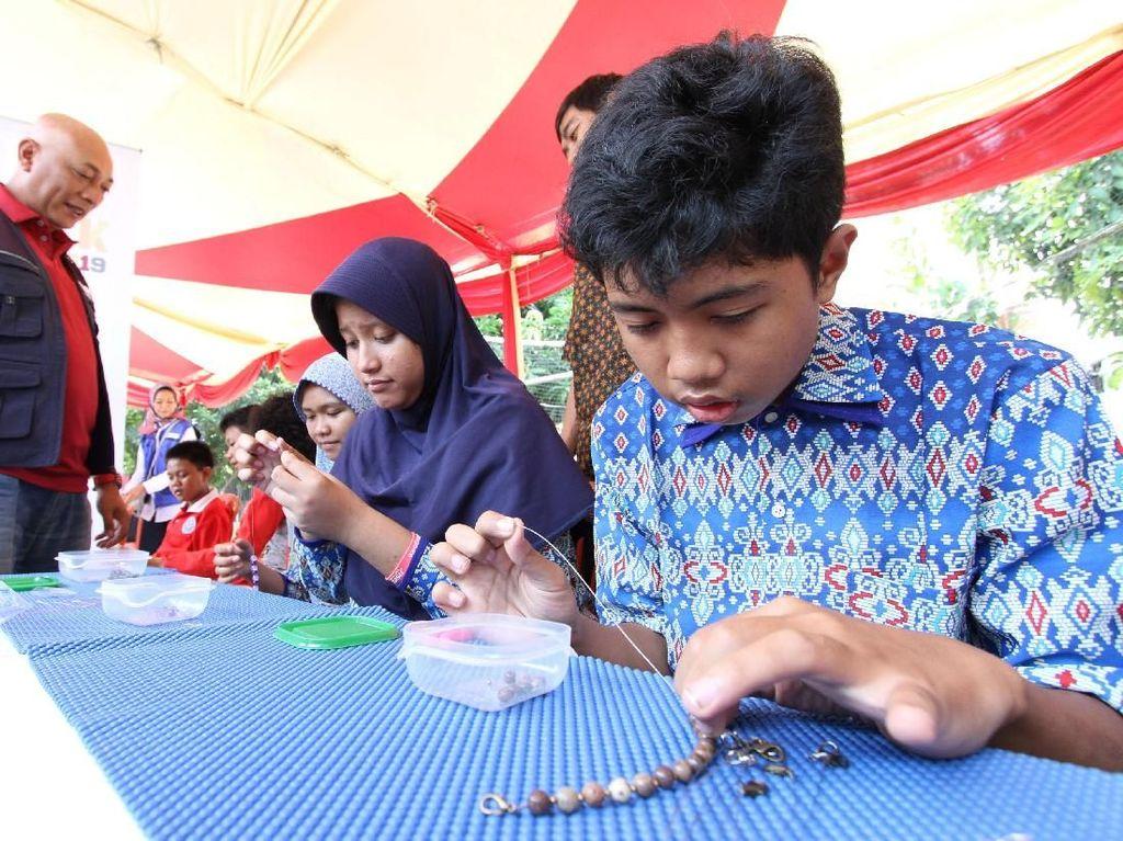 Kegiatan tanggung jawab sosial masyarakat ini dilakukan secara berkesinambungan sebagai bagian dari kegiatan tahunan AXA Grup, serta bentuk kontribusi nyata AXA Mandiri kepada masyarakat, khususnya bagi anak-anak penyandang autisme, di sekitar Rumah Autis Gunung Putri, Bogor.