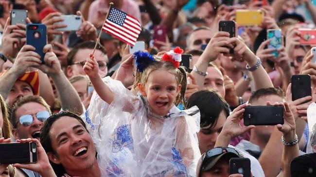 Pidato itu disambut riuh rendah tepuk tangan puluhan ribu orang yang hadir dalam upacara di National Mall tersebut. (Reuters/Carlos Barria)