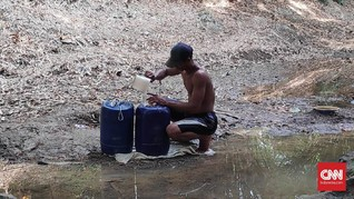 Kemarau, Warga Bekasi Andalkan Sisa Air di Sungai Mengering