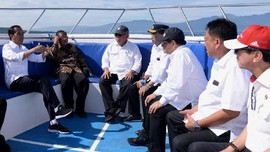 Sambangi Bunaken, Jokowi Gelar Rapat di Atas Kapal