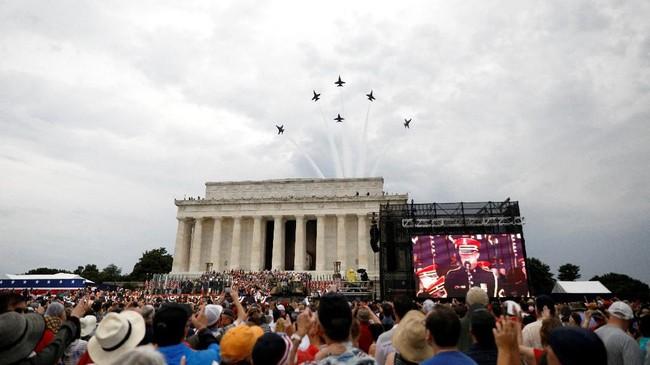 Jet tempur melintas di atas kepala Donald Trump kala Presiden Amerika Serikat itu menyampaikan pidato kenegaraan dalam rangka perayaan Hari Kemerdekaan pada Kamis (4/7). (Reuters/Tom Brenner)