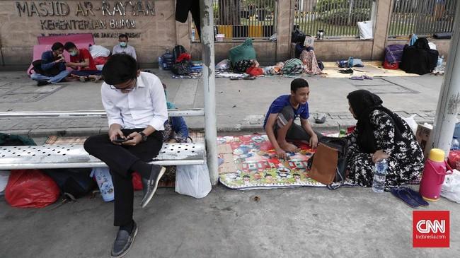 Tak hanya di depan kantor UNHCR yang berada di Menara Ravindo, para pencari suaka pun menggelar