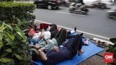 Warga negara Afghanistan pencari suaka ke Indonesia berniat tetap tinggal di trotoar Kebon Sirih, Jakarta Pusat sampai mereka benar-benar mendapatkan kepastian berlindung dari Komisioner Tinggi PBB untuk Pengungsi atau United Nations High Commissioner for Refugees (UNHCR). (CNNIndonesia/Safir Makki)