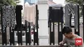 Jemuran pakaian milik pencari suaka yang dijemur di pagar perkantoran di jalan kebon sirih, Jakarta, Jumat, 5 Juli 2019. (CNNIndonesia/Safir Makki)