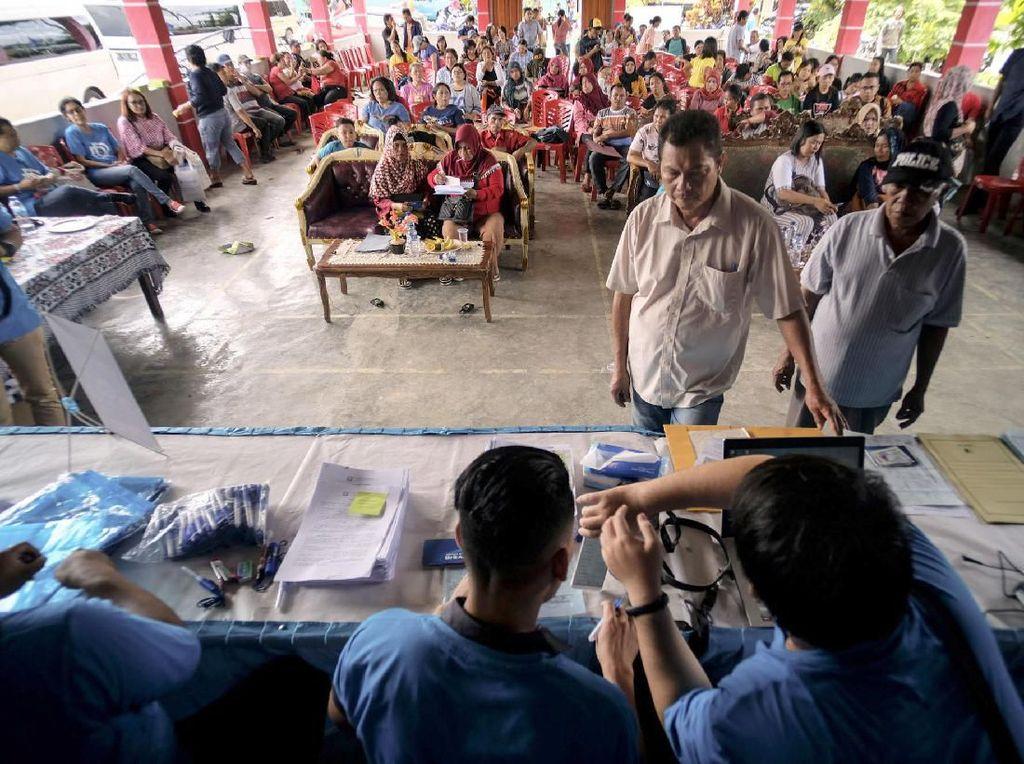 Sejumlah petani jagung antre untuk mendapat layanan kredit senilai Rp7,5 juta berupa pembiayaan penyediaan bibit dan pupuk selama 4 bulan masa tanam, dari sejumlah petugas DanaRupiah, di Kotamobagu, Bolaang Mongondow, Sulawesi Utara, Kamis (4/7/2019). Foto: dok. DanaRupiah
