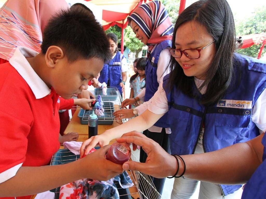CR Week 2019 diisi dengan serangkaian kegiatan yang berfokus pada bidang kesehatan dan inklusi sosial seperti pembekalan literasi keuangan, pendampingan relawan kepada anak-anak penyandang autisme dalam membuat kerajinan tangan serta pemeriksaan kesehatan gratis kepada warga sekitar.