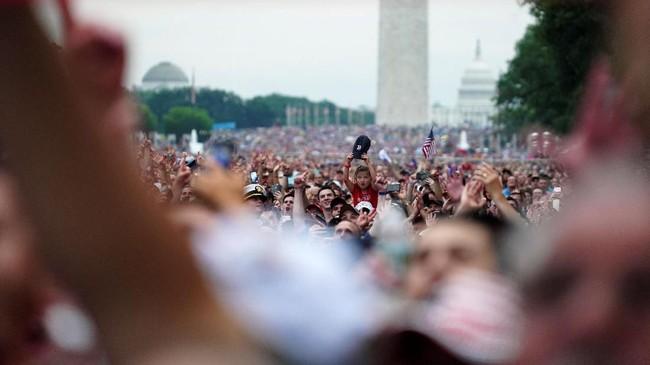Sebagian pihak juga menganggap parade militer ini hanya menghambur-hamburkan uang negara. (Reuters/Go Nakamura)