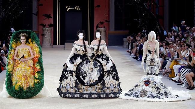 Perancang asal China, Guo Pei, mempresentasikan koleksi Musim Dingin 2019/2020 pada gelaran Paris Couture Week. (REUTERS/Regis Duvignau)