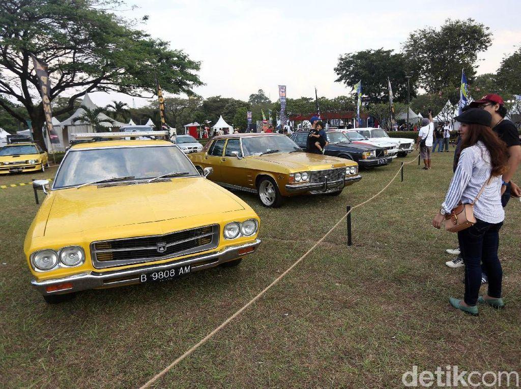 Mobil klasik pun turut andil dalam acara ini. Foto: Agung Pambudhy