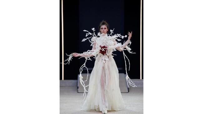 Ibarat laboraturium, couture menjadi wadah bagi Guo Pei untuk bereksperimen dengan beragam ide dan imajinasinya yang liar. (REUTERS/Regis Duvignau)