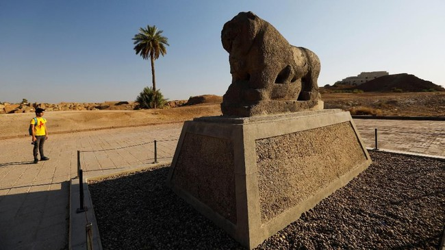 Babilonia terletak dengan membelah Sungai Efrat, sekitar 100 kilometer arah selatan Baghdad. Kota ini merupakan pusat Kerajaan Babel Kuno yang berusia lebih dari 4 ribu tahun. (REUTERS/Thaier Al-Sudani)