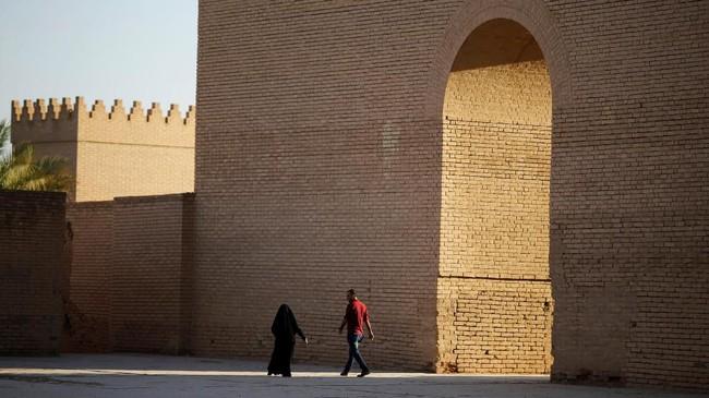 Pengunjung dapat berjalan melalui sisa-sisa bangunan bata dan tanah liat yang membentang sepanjang 10 kilometer dengan lansekap Gerbang Ishtar. (REUTERS/Thaier Al-Sudani)