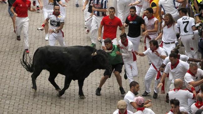 Kadang, kondisi jadi tak terkendali dan menyebabkan kepanikan apabila banteng jadi tak terkendali. (REUTERS/Jon Nazca)