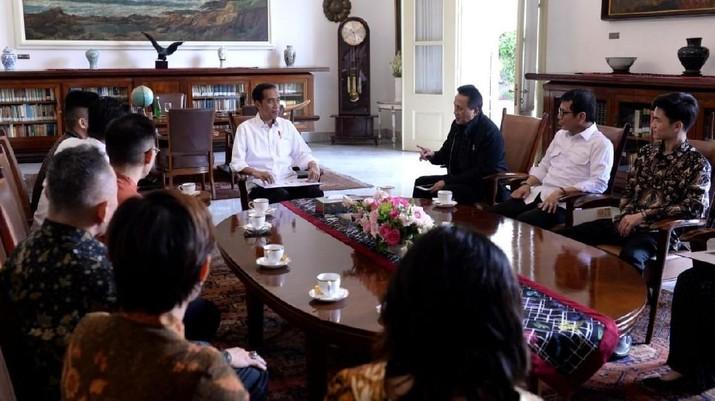 Rapper Rich Brian tampil agak beda, kali ini ia mengenakan batik dan berbaju formal saat bertemu dengan Presiden Joko Widodo