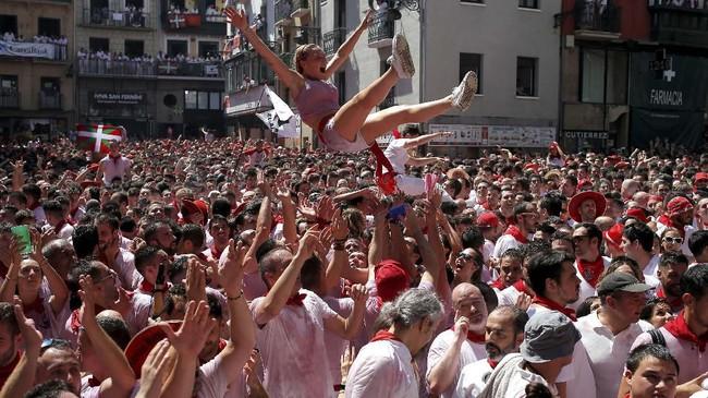 Festival yang sarat akan nilai sejarah itu telah digelar sejak 1400-an Masehi.(REUTERS/Jon Nazca)