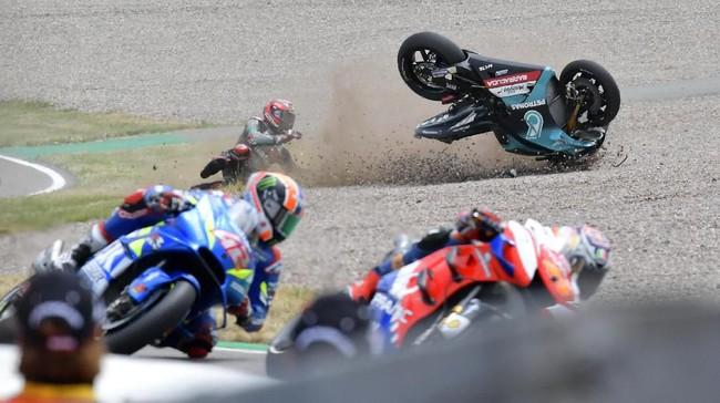 Fabio Quartararo yang start dari baris depan mengalami kecelakaan di lap kedua. Hal ini terbilang mengecewakan untuk Quartararo yang berharap bisa meraih hasil positif di Jerman.(Photo by Tobias SCHWARZ / AFP)