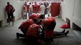 Pihak medis terlihat memberikan bantuan kepada seorang peserta yang terluka dalam adu banteng Festival San Fermin. (REUTERS/Jon Nazca)