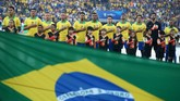 Para pemain timnas Brasil menyanyikan lagu kebangsaan jelang berlangsungnya partai final melawan timnas Peru di Stadion Maracana, Rio de Janeiro,Senin (8/7) WIB. (REUTERS/Ueslei Marcelino)