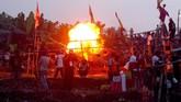 Dalam tradisi itu, warga Desa Suka Mulya dan Desa Suka Makmur memamerkan suara ledakan dari meriam buatannya. (ANTARA FOTO/Yulius Satria Wijaya)