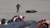 Fabio Quartararo berusaha bangkit namun akhirnya ia tak bisa menyelesaikan balapan. (Photo by Tobias SCHWARZ / AFP)
