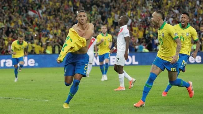 Richarlison mencetak gol ketiga timnas Brasil ke gawang timnas Peru yang membuat skor jadi 3-1 sekaligus memastikan Selecao meraih gelar kesembilan Copa America 2019. (REUTERS/Henry Romero)