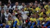 Para pemain timnas Brasil, tim pelatih, dan ofisial, foto bersama dengan trofi Copa America 2019 setelah mengalahkan timnas Peru 3-1 pada laga final di Stadion Maracana, Rio de Janeiro, Senin (8/7) WIB. (REUTERS/Ueslei Marcelino)