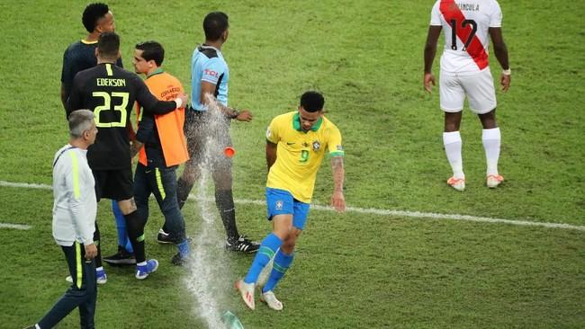 Emosi Gabriel Jesus memuncak saat hendak meninggalkan lapangan. Striker 22 tahun itu menendang botol air minum yang berada di pinggir lapangan. (REUTERS/Sergio Moraes)