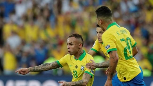 Penyerang sayap Brasil Everton Soares mencetak gol pembuka kemenangan ke gawang Peru di final Copa America 2019. Everton jadi topskor di turnamen ini dengan koleksi tiga gol. (REUTERS/Ueslei Marcelino)