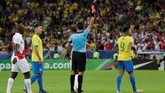 Timnas Brasil harus bermain dengan 10 orang setelah Gabriel Jesus menerima kartu kuning kedua dari wasit Roberto Tobar dalam laga melawan timnas Peru di final Copa America 2019. (REUTERS/Henry Romero)