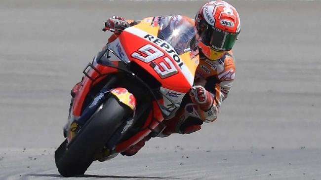 Marc Marquez tak tertandingi di MotoGP Jerman. Ia berhasil jadi pebalap pertama yang melintasi garis finis. (Photo by Tobias SCHWARZ / AFP)