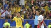 Katu kuning kedua yang diterima Jesus dari wasit asal ChileRoberto Tobar berbuah kartu merah yang membuat striker asal klub Manchester City itu harus meninggalkan lapangan di menit ke-70 saat Brasil unggul 2-1 atas Peru. (Photo by Carl DE SOUZA / AFP)